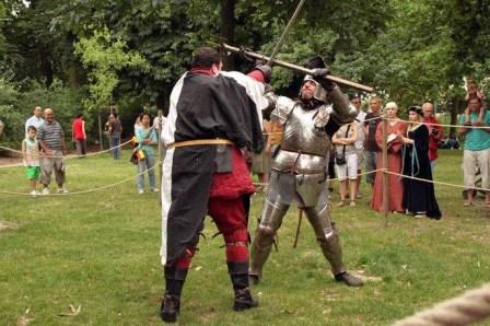 Duel (hache d'arme contre épée) lors d'un tournoi