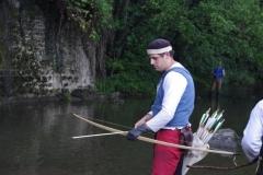 Pour tirer à l'arc, on commence par encocher sa flèche