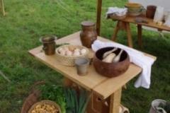 Un panier plein de légumes venant du marché, un bon chapon attendant d'être cuit, un bon bouillon en perspective