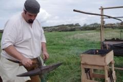 Le forgeron au travail: la forge et les outils doivent être à portée de main pour battre le fer tant qu'il est chaud