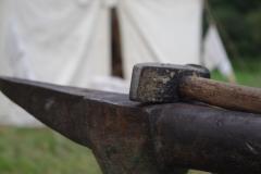 Enclume et marteau, outils indispensables pour la forge