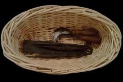 Les différents outils utilisés pour la vannerie : serpette, batte, poinçons, ...