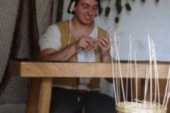 Panier en cours de fabrication par le vannier. Osier blanc, remplissage à brins perdus
