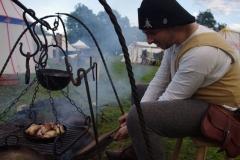 Maintenir le feu pour pouvoir cuire le repas