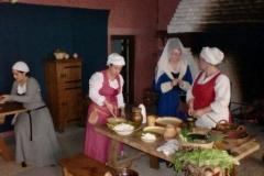 La dame donne ses ordres aux femmes d'ouvrage