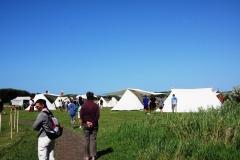 Des visiteurs dans le camp