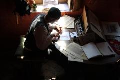 Hugues (La Plume En Lumière) en plein travail de caligraphie
