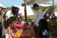 Présentation des jeux de l\'époque au public par la Mesnie du Marais